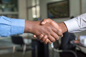 Por que los hombres se estrechan las manos